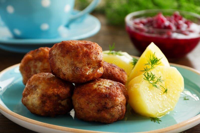 Varma köttbullar med kokta potatisar royaltyfria foton
