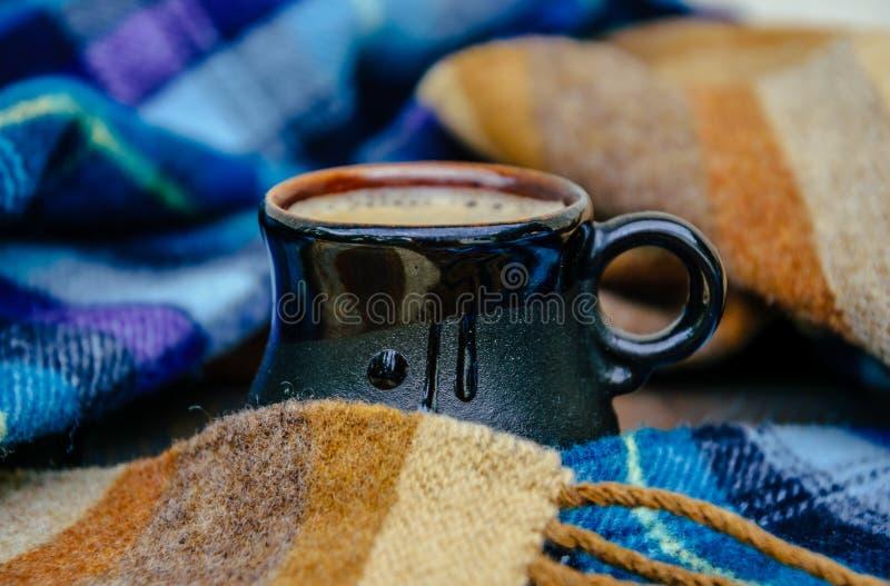 Varma kaffe- och höstplädfiltar royaltyfria foton