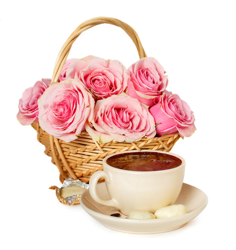 Varma kaffe, sötsaker och rosor på en vit bakgrund arkivbilder