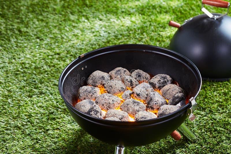 Varma kol eller briketter i en grillfest fotografering för bildbyråer