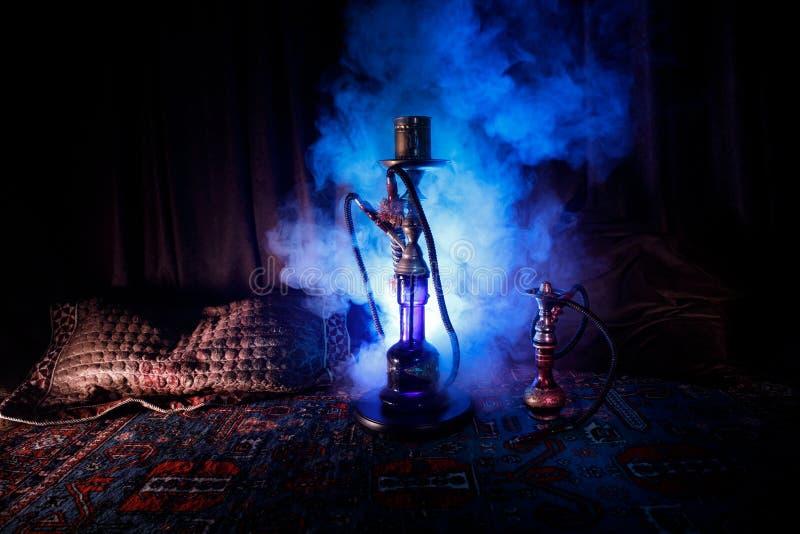 Varma kol för vattenpipa på moln för shishabunkedanande av ånga på den arabiska inre Orientalisk prydnad på mattan Stilfulla orie arkivbild