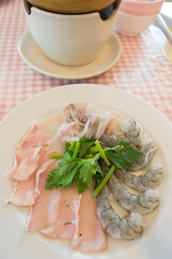 Varma krukaingredienser - skaldjur royaltyfri foto