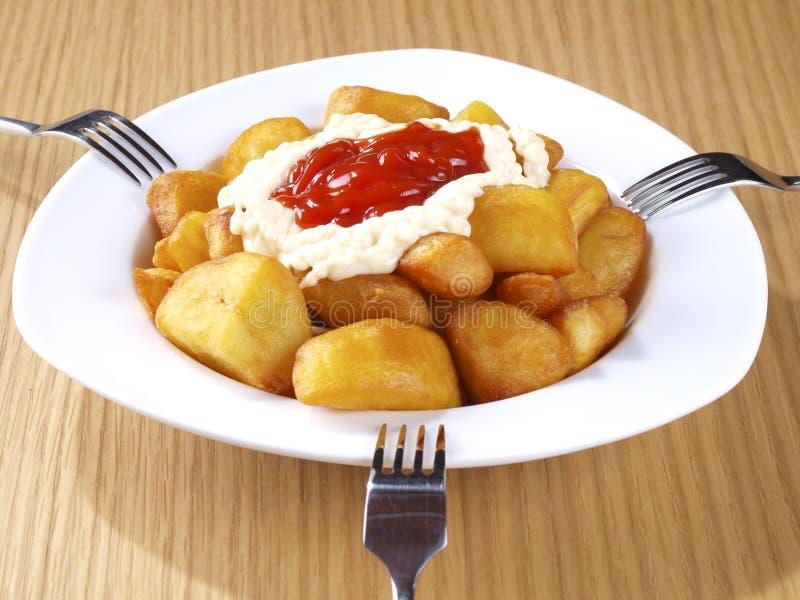 Varma kryddiga stekte potatisar för Patatas Bravas â royaltyfri fotografi