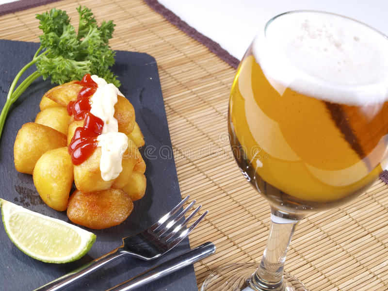 Varma kryddiga stekte potatisar för Patatas Bravas â arkivbild