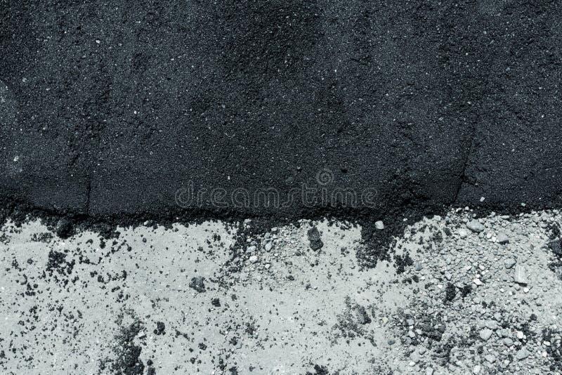 Varma och gamla lager av asfalt på vägyttersida royaltyfria foton