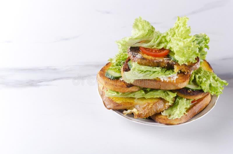Varma och läckra smörgåsar på plattan, vit marmorerar tabellen Töm utrymme för din text royaltyfri bild