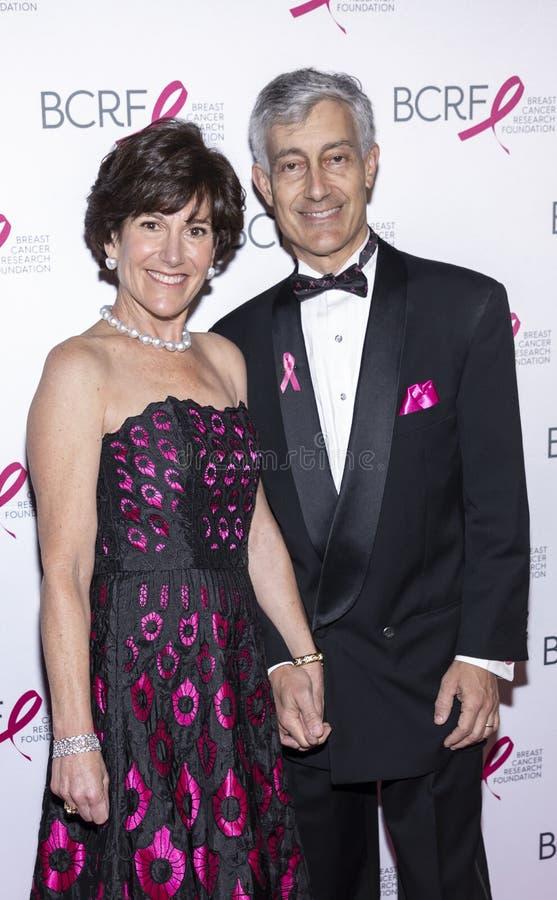 Varma rosa partiankomster f?r BCRF 2019 royaltyfri foto