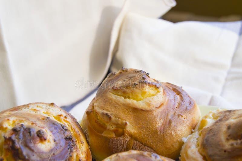 Varma söta rullar i formen av sniglar som bakas i ett hemlagat bageri, closeup, begrepp av små och medelstora företag, bagerier,  royaltyfria bilder