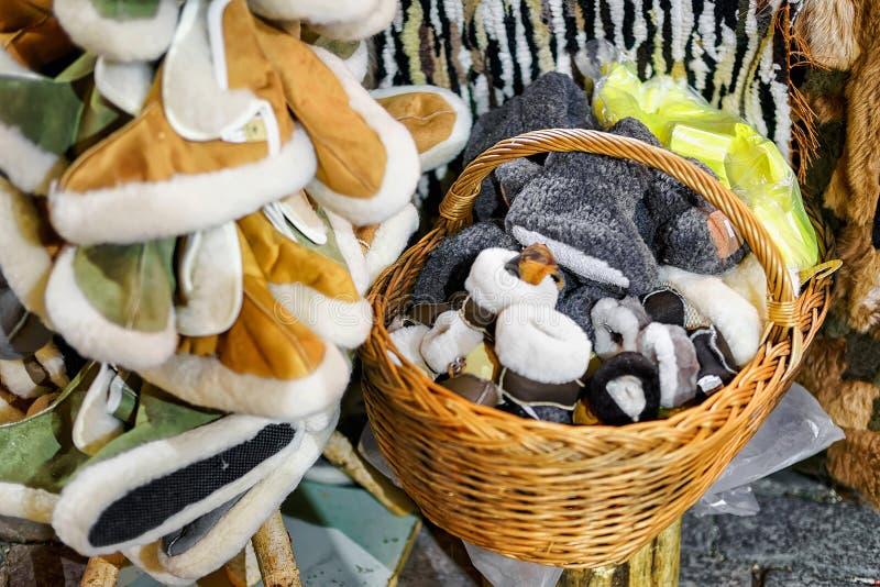 Varma woolen häftklammermatare visade till salu på den Riga julmarknaden royaltyfri fotografi