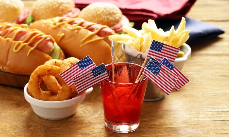 Varmkorvar och hamburgare royaltyfri foto