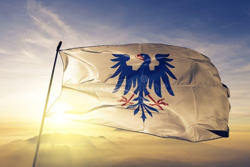 Varmland län av tyg för torkduk för Sverige flaggatextil som vinkar på den bästa soluppgångmistdimman stock illustrationer