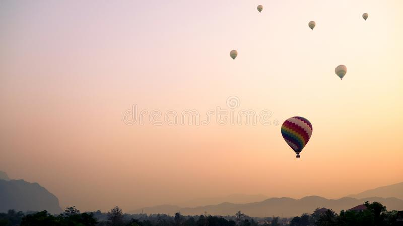 Varmluftsballonger som över flyger på berget Vang Vieng, Laos royaltyfri foto