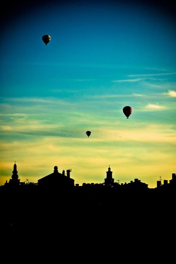 Varmluftsballonger som flyger över Stockholm arkivbild