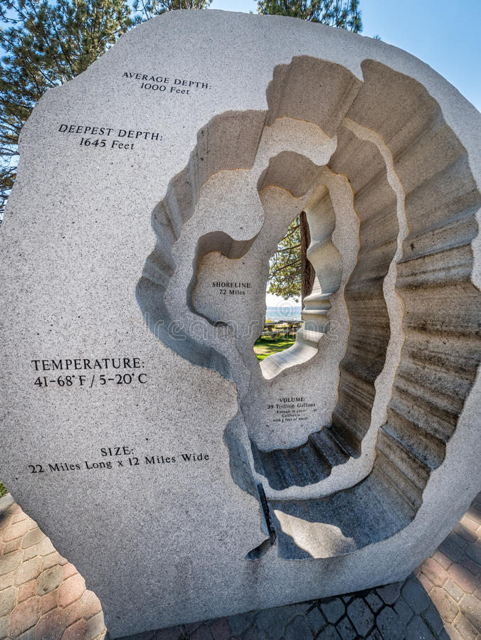 Varmt bada Lake Tahoe skulptur, konungstrand royaltyfri bild