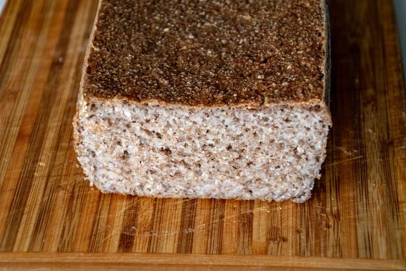 Varmt bröd för ny omemade som ligger på ett träbräde royaltyfri foto