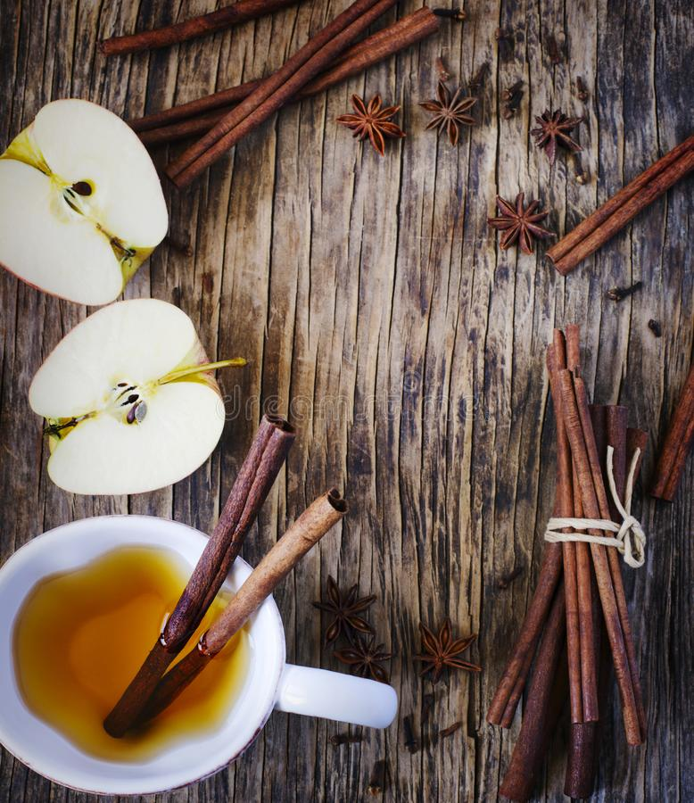 Varmt drinkäpplete, sider, stansmaskin med den kanelbruna pinnen, stjärnaanis och kryddnejlika S?songsbetonad funderad drink royaltyfri foto