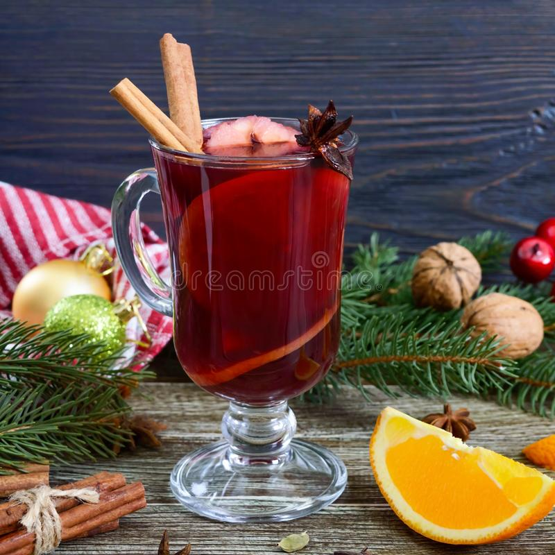 Varmt funderat vin i exponeringsglas rånar på en trätabell Doftande traditionell vinterdrink royaltyfri bild