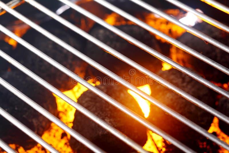 Varmt glödande kol i en grillfest arkivfoton
