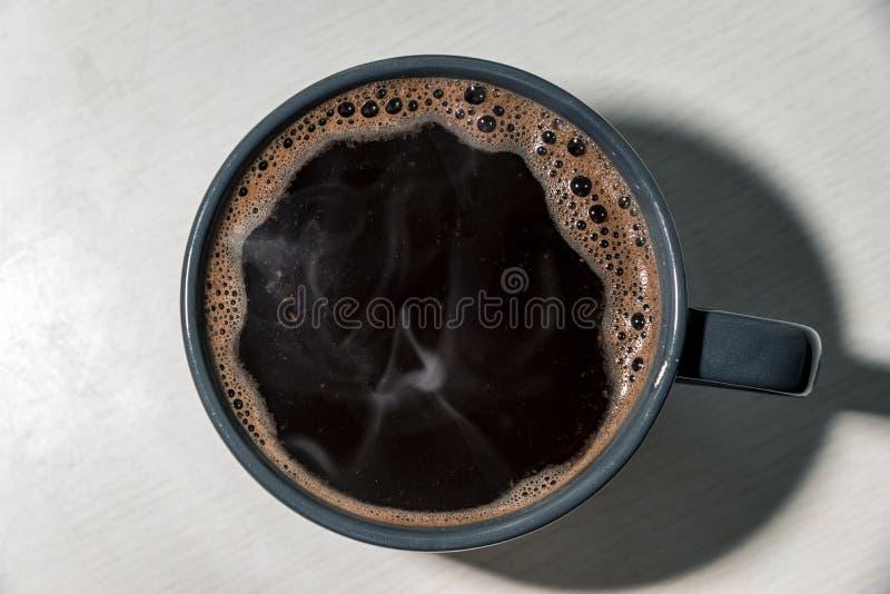 Varmt kaffe i en grå kopp arkivfoto