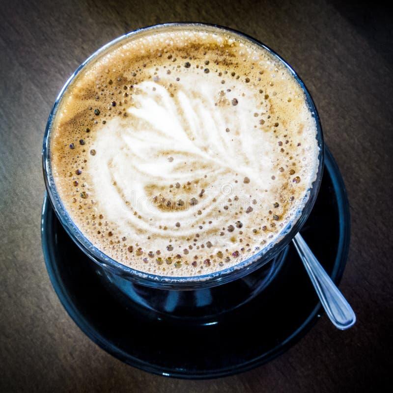 Varmt kaffe i ett djupblått rånar fotografering för bildbyråer