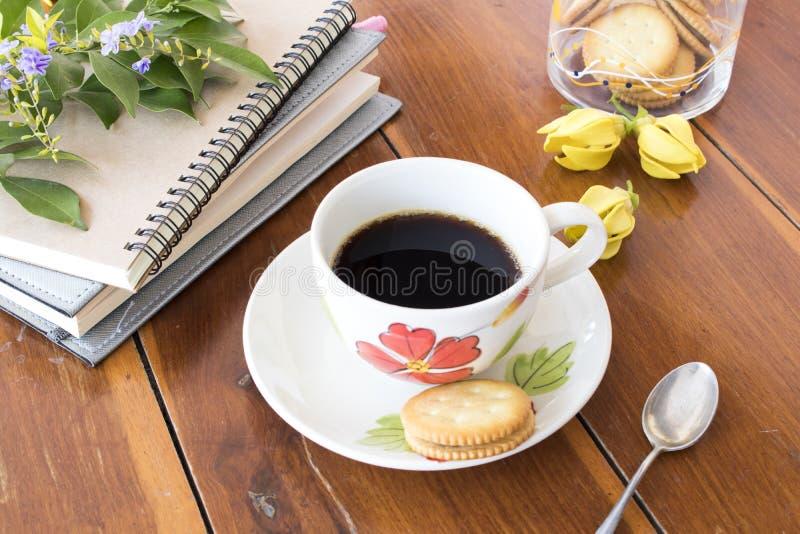 Varmt kaffe med anteckningsboken för affärsarbete royaltyfria foton