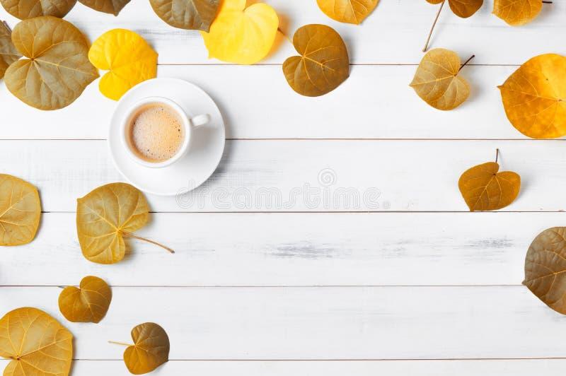 Varmt kaffe med det hjärta formade höstbladet royaltyfri foto