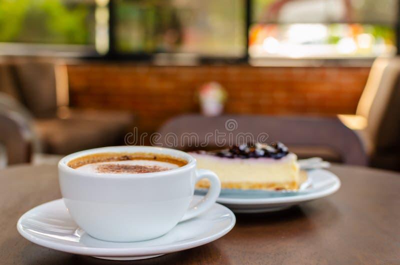 Varmt kaffe med kakan i coffee shop royaltyfria bilder