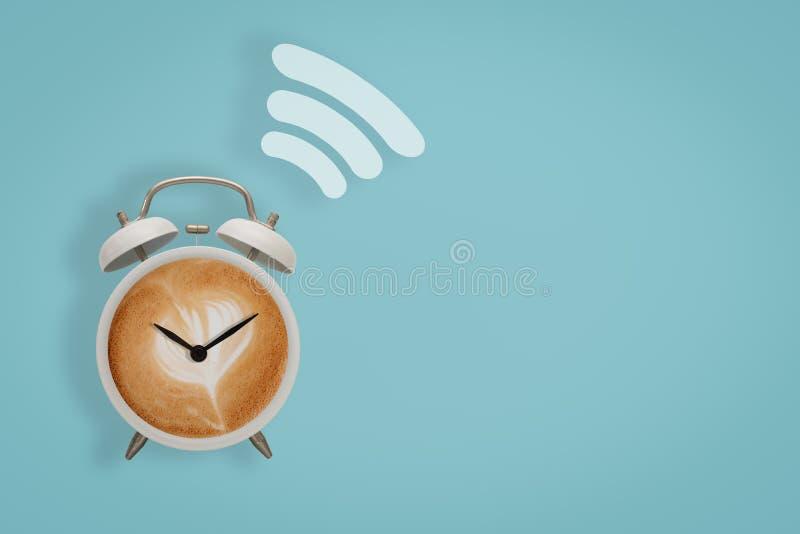 Varmt kaffe med skummiga symboler för skum- och wifisymbolbegrepp i whi royaltyfria bilder