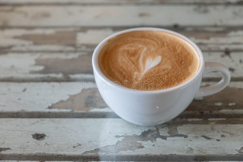 Varmt kaffe med skummigt skum i vit rånar, kaffe Tid royaltyfri fotografi