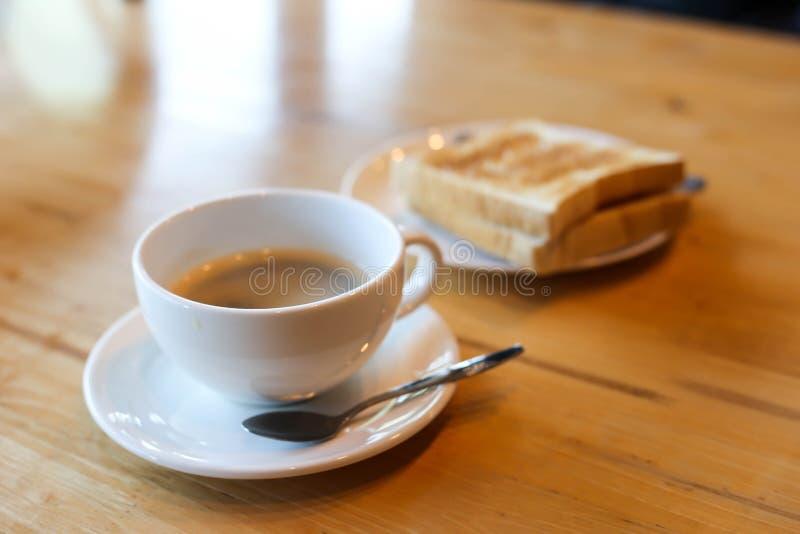 Varmt kaffe och amerikansk frukost med den soliga sidan upp ägg, bacon, rostat bröd royaltyfri fotografi