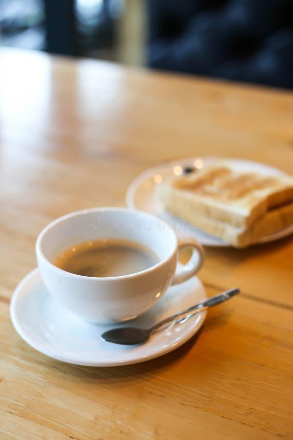 Varmt kaffe och amerikansk frukost med den soliga sidan upp ägg, bacon, rostat bröd arkivfoton