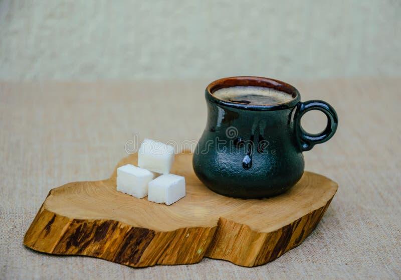 Varmt kaffe och raffinerat socker royaltyfri bild