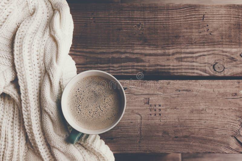 Varmt kaffe på den kalla vintermorgonen royaltyfria foton
