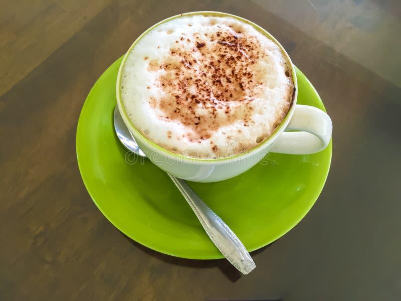 Varmt kaffe på gräs arkivfoton