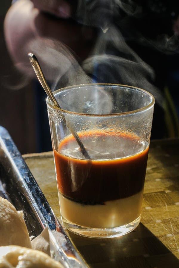 Varmt kaffe på trätabellen arkivbilder