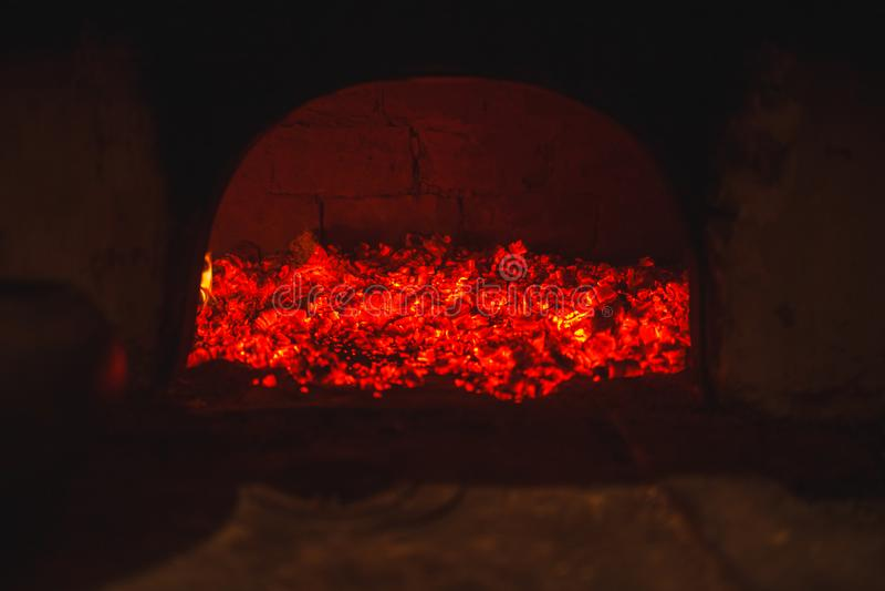 Varmt kol i en rysk ugn i den mörka bränningen med röd brand arkivfoton