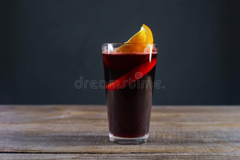 Varmt rött kryddigt funderat vin med den orange skivan arkivfoto