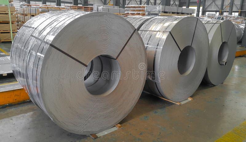 Varmt - rullande spole, pickel och olja för stål i tillverkning, industriellt metallark arkivfoton