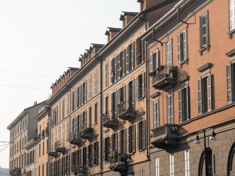 Varmt solljus som skiner på övregolv av byggnader arkivbild