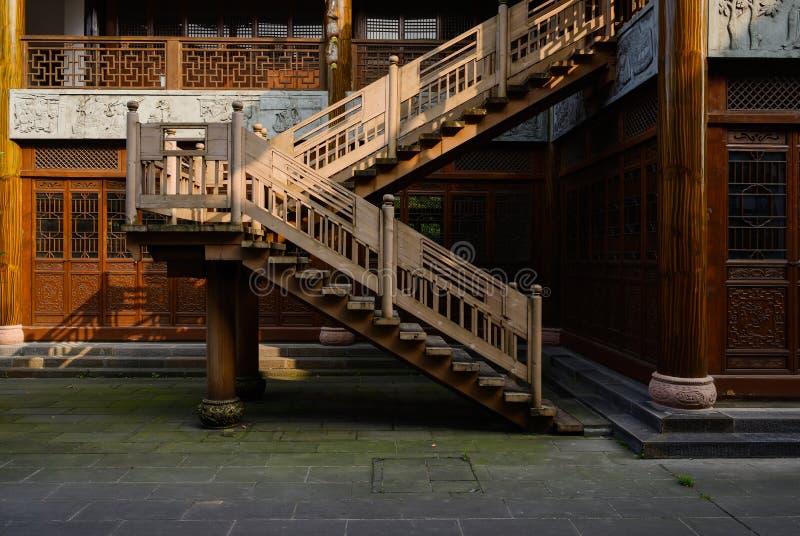 Varmt sommareftermiddagsolljus på trätrappan av traditionellt royaltyfri bild
