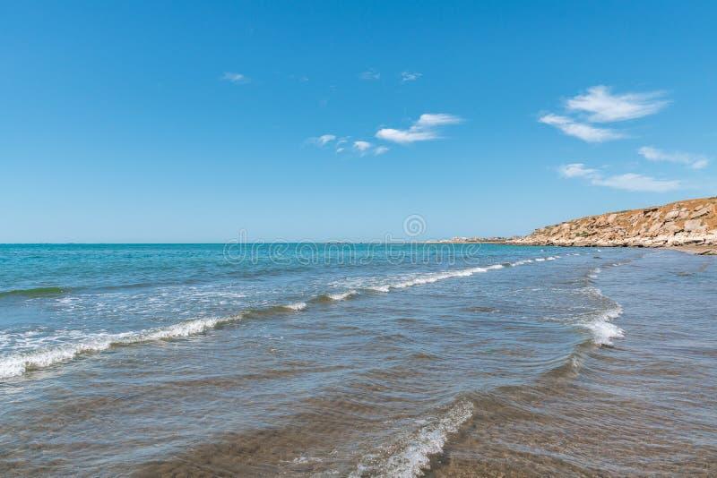 Varmt sommarhav, tom strand fotografering för bildbyråer