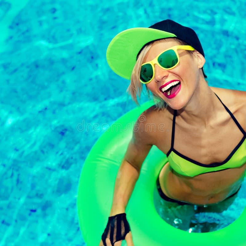 Varmt sommarparti för glamorös lycklig flicka i pölen royaltyfri foto