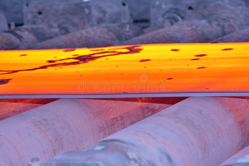 Varmt stål på transportör royaltyfri bild