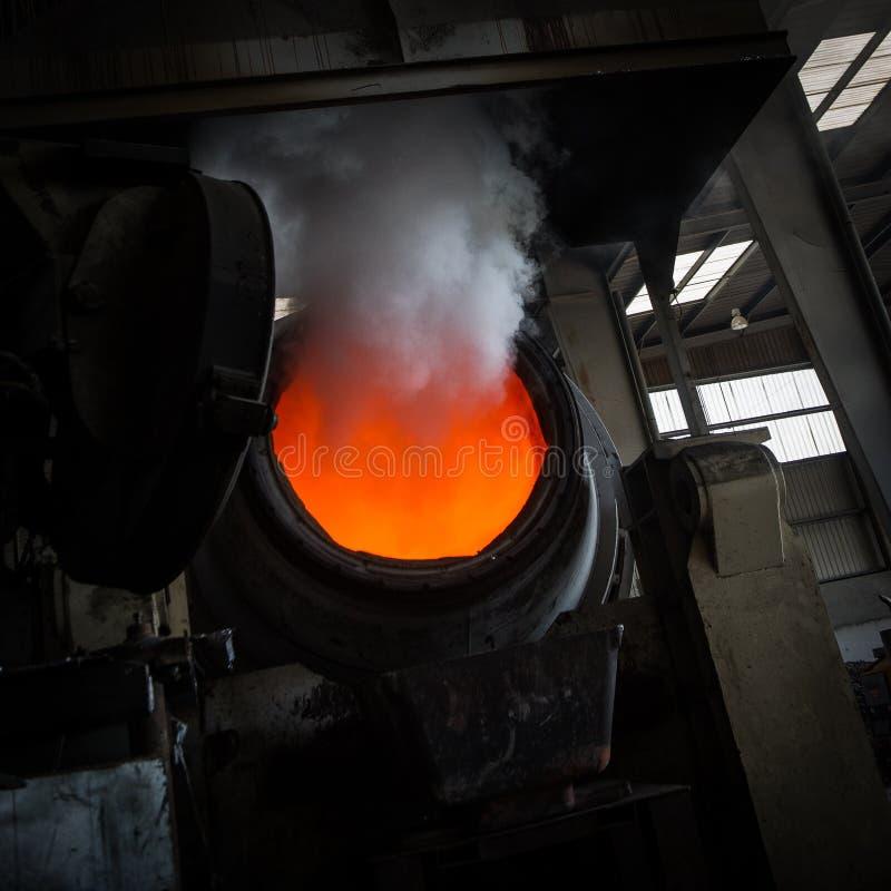 Varmt stål som häller i stålväxt arkivbilder
