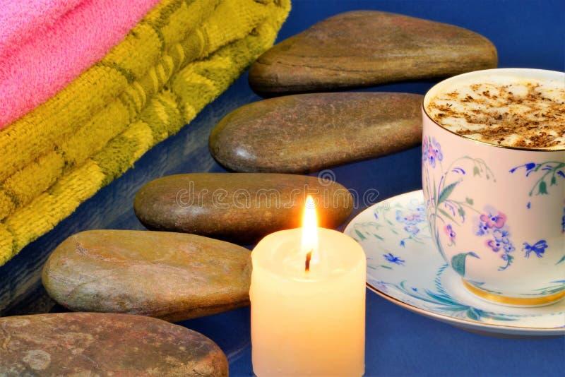 Varmt stena massage-stenen terapi, för behandlingen av många sjukdomar På blåa stenar för en bakgrund för stenterapi ett ljust arkivfoto
