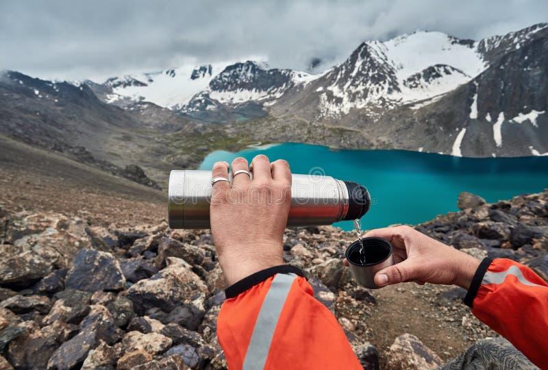 Varmt te i bergen arkivbilder