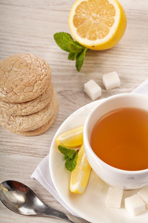 Varmt te i den vita koppen royaltyfria bilder