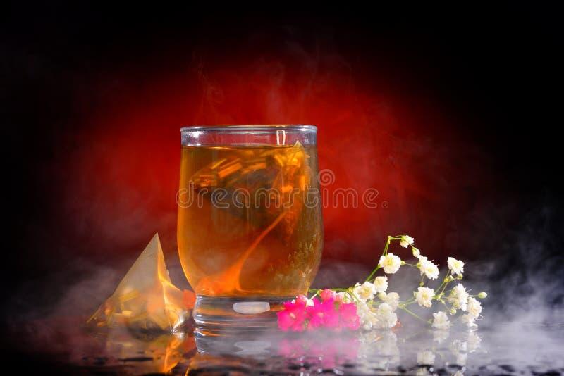 Varmt te i exponeringsglaset arkivfoto
