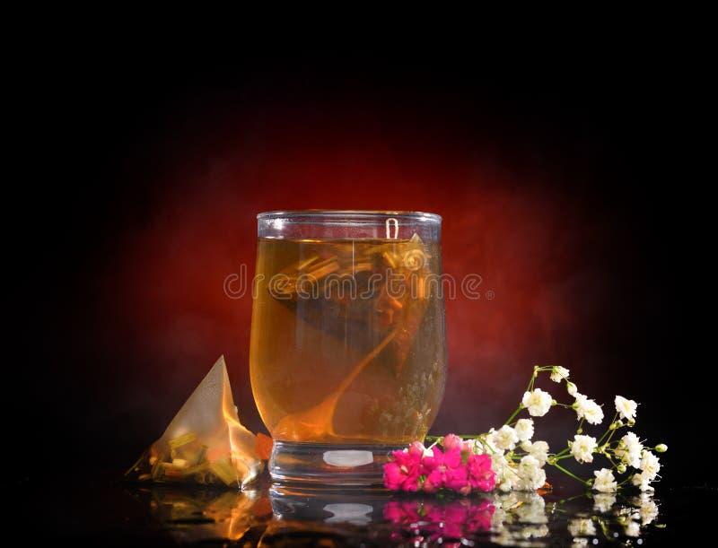 Varmt te i exponeringsglaset arkivfoton