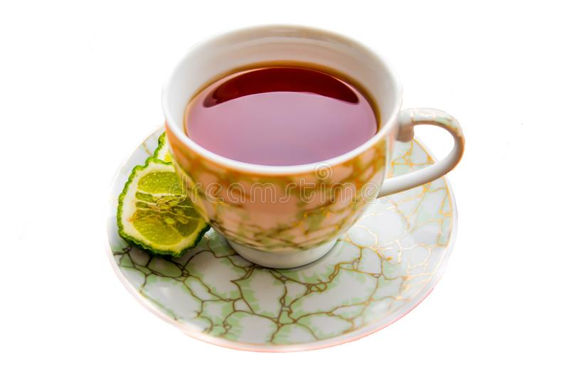 Varmt te med bergamoten på vit bakgrund i förkylningen royaltyfria foton